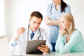医師や病院の患者と看護師 — ストック写真