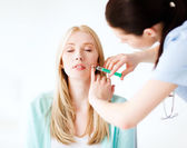ボトックス注射を行う患者と美容師 — ストック写真