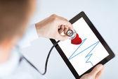 Médico con estetoscopio y tablet pc — Foto de Stock