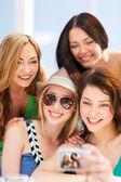 Chicas tomando fotos en café en la playa — Foto de Stock