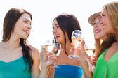 Filles avec des coupes à champagne — Photo
