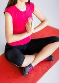 Dívka sedící v lotosové pozici a meditací — Stock fotografie