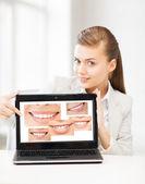 Mujer con ordenador portátil y sonrisas — Foto de Stock