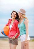Holky hrát míč na pláži — Stock fotografie