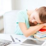 estudante cansada dormindo no estoque de livros — Fotografia Stock  #29059983