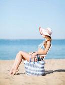 девушка, загорая на пляже стул — Стоковое фото