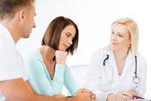 Médico con pacientes en gabinete — Foto de Stock