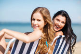 在沙滩椅上晒日光浴的女孩 — 图库照片