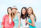 Grupo de chicas escalofriante en la playa — Foto de Stock