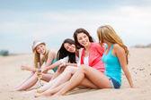 Chicas con bebidas en la playa — Foto de Stock