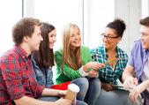 学生学校で笑っていると通信 — ストック写真
