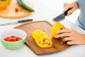 Mujer manos vegetales de corte — Foto de Stock