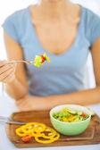 Mano di donna che tiene la forcella con verdure — Foto Stock
