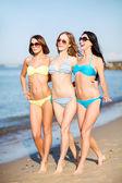 Chicas en bikini caminando por la playa — Foto de Stock