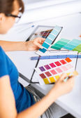 Mujer que trabaja con las muestras de color para la selección — Foto de Stock
