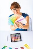 Vrouw met pantone kleur monsters — Stockfoto