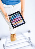 Mujer que trabaja con la aplicación de muestra de color — Foto de Stock