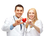 Läkare kardiologer med hjärta — Stockfoto