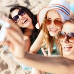 meninas fazendo auto-retrato na praia — Foto Stock