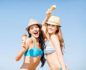 Garotas de biquíni com sorvete na praia — Foto Stock