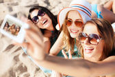 Flickor att göra självporträtt på stranden — Stockfoto
