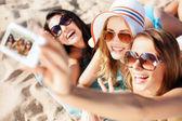 Mädchen machen selbstportrait am strand — Stockfoto