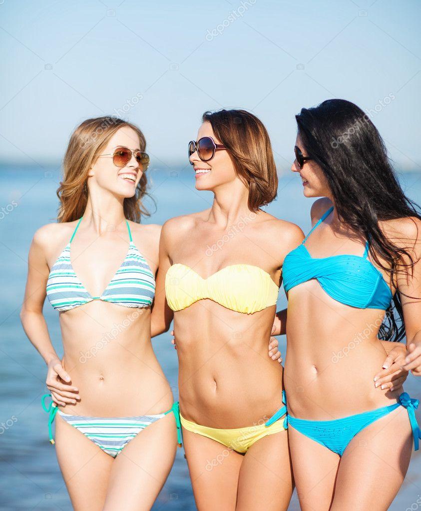 Фото девочек на пляже в купальнике 8 фотография