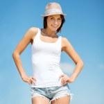 Kız şapka daimi sahilde — Stok fotoğraf