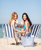 Mädchen, sonnenbaden am strandstühle — Stockfoto