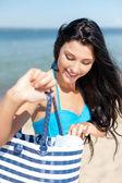 Dívka opalování na pláži — Stock fotografie