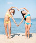 Filles de s'amuser sur la plage — Photo