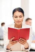 Frau lesebuch college oder im büro — Stockfoto