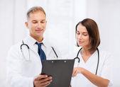 Deux médecins, prescription d'écriture — Photo