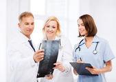 Médicos en rayos x — Foto de Stock