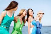 Meninas caminhando na praia — Foto Stock