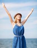 Dziewczyna z rąk się na plaży — Zdjęcie stockowe
