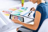 Mulher trabalhando com amostras de cores para a seleção — Fotografia Stock