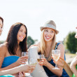 Foto Stock: Girls with champagne glasses on boat