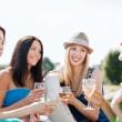 chicas con copas de champán en barco — Foto de Stock