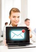 Femme d'affaires détenant portable avec signe de courriel — Photo