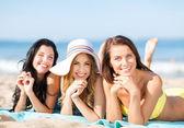 Meisjes zonnebaden op het strand — Stockfoto
