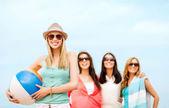 Menina com bola e amigos na praia — Foto Stock