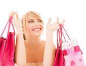 Birçok alışveriş torbaları ile mutlu bir kadın — Stok fotoğraf