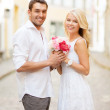 Couple with flowers in the city — Stock Photo #30162357
