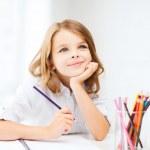 menina com lápis na escola de desenho — Foto Stock