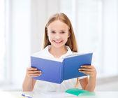 Chica estudiando y leyendo el libro en la escuela — Foto de Stock