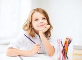 Flicka ritar med pennor i skolan — Stockfoto