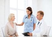 Lekarza z pacjentem w szpitalu — Zdjęcie stockowe