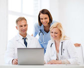 Grupo de médicos en tablet pc — Foto de Stock
