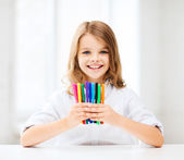 Girl showing colorful felt-tip pens — Stock Photo